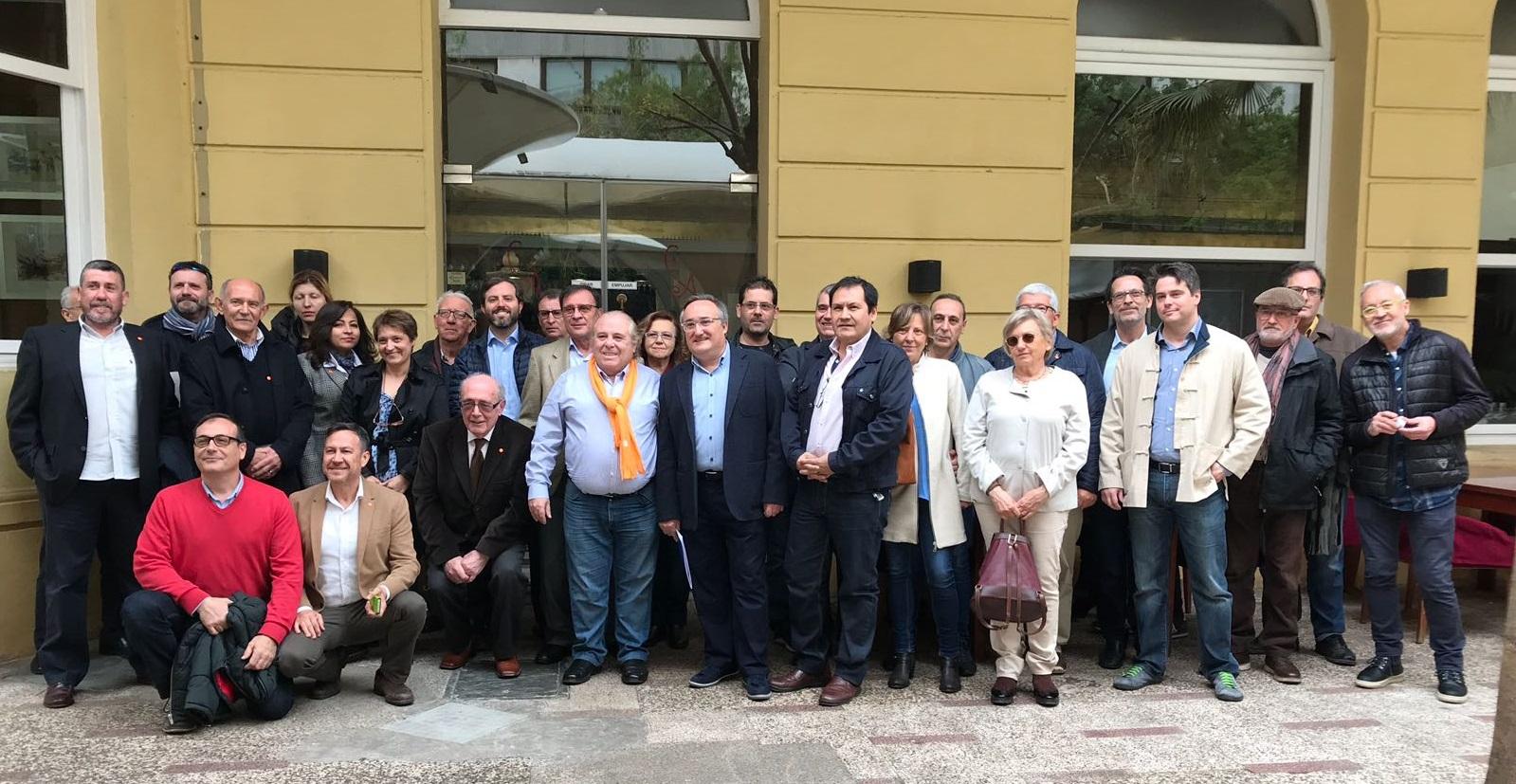 El presidente del CODECS, Victorino Aparici -primera fila, quinto por la izquierda, de pie- expuso la realidad de la odontología en el 'Café Ciudadano' celebrado el sábado 7 de abril en Castellón.