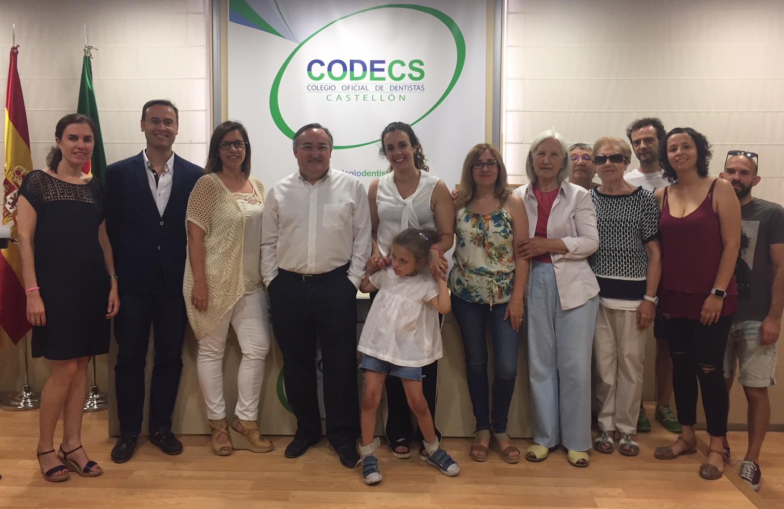 Participantes en el acto solidario celebrado en el CODECS, junto a miembros de la junta.