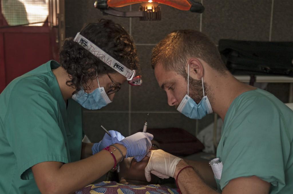 María Dolz y un compañero atienden a un paciente en una de las expediciones médicas con Youcanyolé. Foto: Isaac Sanahuja.