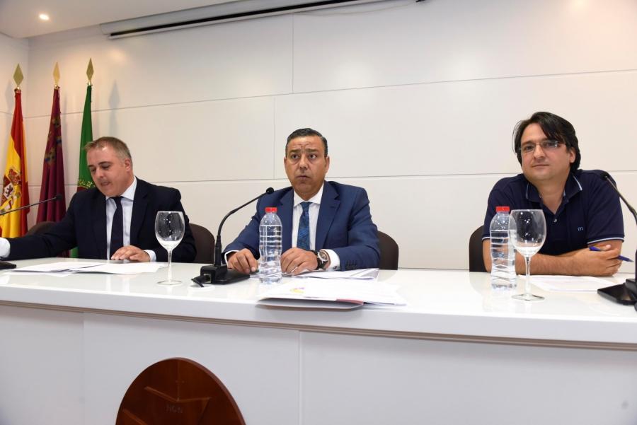 El presidente del Consejo General de Dentistas -centro-, junto al presidente de la Asociación Nacional de Afectados por iDental (Adafi) y el director general de Comercio, Consumo y Simplificación Administrativa de la Región de Murcia.