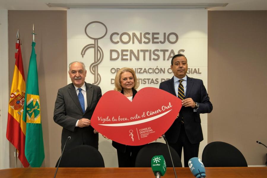 Al acto de presentación han asistido el Óscar Castro, presidente del Consejo de Dentistas (drcha); Juan Seoane, coordinador de la campaña; y Mayra Gómez Kemp, presentadora de televisión y paciente de esta enfermedad.