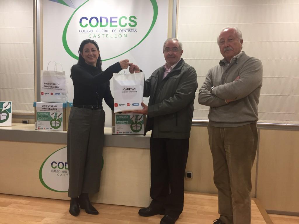 Isabel Cadroy, de la Comisión de Acción Social del CODECS, entrega el material bucodental a Cáritas.