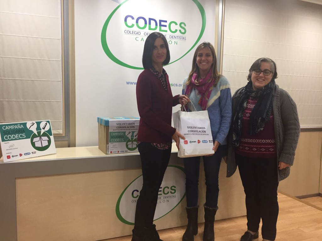 Raquel Colón entrega los kits de higiene bucodental a las coordinadoras del Voluntariado Consolación.